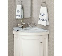meuble salle de bain  avec un lavabo d'angle en couleur blanche