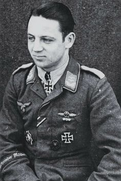 """Hauptmann Karl-Heinz Weber (1922-1944), Ritterkreuz 12.11.1943 als Oberleutnant und Staffelführer 7./Jagdgeschwader 51 """"Mölders"""", Eichenlaub (529) 20.07.1944 als Hauptmann und Staffelkapitän 7./Jagdgeschwader 51 """"Mölders"""" ✠ 136 Luftsiege and der Ostfront (davon 28 Il-2), ca. 500 Feindflüge. Zuletzt Kommandeur II./JG 1. Seit 7 Juni 1944 nach Luftkampf südlich von Rouen vermisst."""