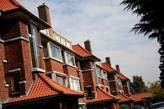 De Nieuwe Haagse School is in hoofdzaak een locale architectuurstijl die bloeide tussen 1918 en 1940. De term uit 1924 is afkomstig van de Amsterdamse architect Blaauw, die de ontwikkeling van een specifieke bouwstijl in de hofstad signaleerde. Binnen de architectuurgeschiedenis is de stijl vrijwel onbelicht gebleven. Dat is mede toe te schrijven aan het feit dat de Haagse architecten de felle polemieken (tussen traditionele en moderne) architecten meden.