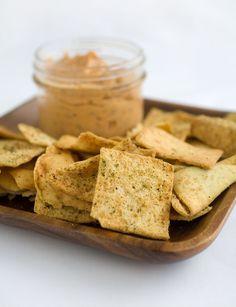 Pita chips   Oudbakken pitabroodjes? Pita chips 'to the rescue'. Klaar in 20 minuten en perfect gezelschap voor een lekkere hummus of kruidige dip.  http://emptythefridge.be/recept/pita-chips/