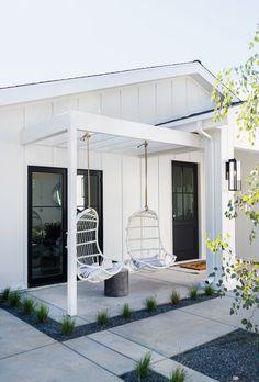 A Scandinavian Modern Home in LA Skandinavisch Modern, Modern Houses, Modern Farmhouse Exterior, Scandinavian Modern, Scandinavian Garden, Building A House, Outdoor Living, New Homes, House Design