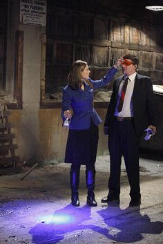 Bones Moment 2.1 Brennan putting glasses on Booth