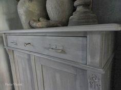 Kast geschilderd met krijtverf en daarna behandeld met pasta wax in de kleur carbon van painting the past .