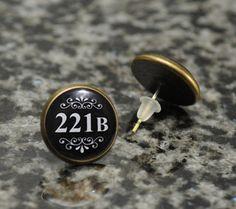 Bronze Tone Earrings Featuring the Econic Door Number from Sherlock's Flat on Baker Street. Benedict Cumberbatch, Sherlock Cosplay, Fandom Jewelry, Wallpaper Aesthetic, Nerd Fashion, 221b Baker Street, Earring Cards, Matching Rings, Book Lovers Gifts