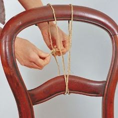 Assembler les éléments d'un dossier de chaise décollé : avec les conseils techniques de Système D pour une réussite assurée.