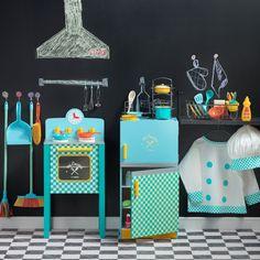 ¿Juguemos a cocinar? Con nuestra colección Mi Cocina podrás incentivar la creatividad de los mini chefs de la casa. Contamos con una cocina y un refrigerador de madera, ideales para jugar todo el día. Además, puedes encontrar uniforme de chef y rack con ollas para jugar.