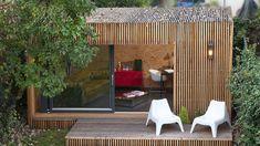chalet de jardin habitable -moderne-canapé-chesterfield-coin-bureau-bardage-bois-extérieur