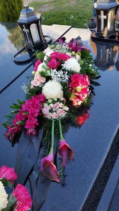 Bloemen op het graf | kijk voor inspiratie voor de uitvaart op www.rememberme.nl #uitvaart #bloemen #graf #verlies #afscheid #rouw