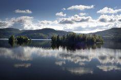 La haute côte suédoise, région aux 52 lacs. La région, classée au patrimoine mondial de l'humanité, possède le littoral le plus haut du monde.