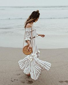 How to Wear a Straw Tote Bag This Summer - 45 Amazing Outfits Hot Pants, Round Bag, Batik Prints, Straw Tote, Summer Bags, Summer Ideas, Summer Time, Harpers Bazaar, Cloth Bags