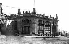"""Edificio da Mala Real Inglesa, ao lado do mercado da Laxe. 1912. Sigue aí pero cunha """"pesada carga"""""""