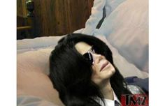 32 Photos Of Celebrity Open Casket Funerals That Will Shock You  REI is Closing on Black Friday