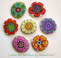 Hand Painted Stone Flowers / Set of 7 por ISassiDellAdriatico Pebble Painting, Dot Painting, Pebble Art, Stone Painting, Painting Flowers, Light Painting, Stone Crafts, Rock Crafts, Diy Crafts