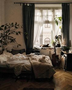 Room Inspo & Decoration 18 cozy and beautiful beds that you want to crawl into immediately Understan Cozy Bedroom, Bedroom Inspo, Bedroom Decor, Decor Room, Messy Bedroom, Bedroom Plants, Bedroom Apartment, Wall Decor, Dream Rooms