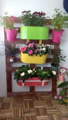 Ideas que mejoran tu vida Flower Truck, Pallet Furniture, Hand Embroidery, Planter Pots, Exterior, Home Decor, Gardens, Decorated Flower Pots, Vertical Gardens