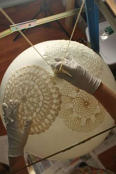 Lamp DIY Doily Lamp / lace lamp tutorial ❥it would be nice to have a few very big lanterns made of lace.DIY Doily Lamp / lace lamp tutorial ❥it would be nice to have a few very big lanterns made of lace. Lampe Crochet, Crochet Lampshade, Lace Lampshade, Doily Lamp, Diy Lace Lamp, Doilies Crafts, Lace Doilies, Bridal Table, Wedding Table