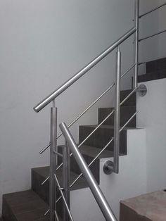 barandal de acero inoxidable para escaleras Steel Stair Railing, Steel Railing Design, Staircase Railing Design, Modern Stair Railing, Steel Stairs, Home Stairs Design, Stair Handrail, Modern Stairs, Stairs Handle