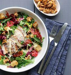 KYLLINGSALAT MED PARMACHIPS OG PARMESANDRESSING Pasta Salad, Cobb Salad, Nom Nom, Brunch, Restaurant, Meat, Chicken, Dinner, Ethnic Recipes
