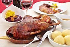 So gelingt der Entenbraten: Die küchenfertige Ent… Turkey Recipes, Chicken Recipes, Goose Recipes, Buffalo Mozzarella, Italian Dining, Roast Duck, Simply Recipes, Roasted Turkey, Food Pictures