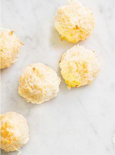 Biscuits «boule de neige»1 boîte de 300 ml de lait concentré sucré (de type Eagle Brand) 2 paquets de 200 g chacun de noix de coco râpée non sucrée (1,375 litre/5 ½ tasses) Cuire 12 minutes à 350F
