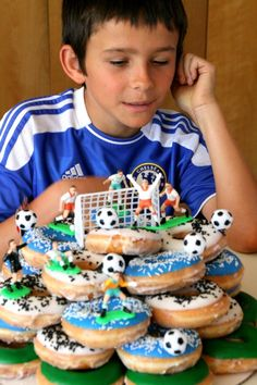 donut cake A cake made from a towering stack of Krispy Kreme glazed donuts made the best birthday cake EVER (according to the No muss to make, no fuss to serve, this one is a winner. Soccer Birthday Cakes, Donut Birthday Parties, Birthday Desserts, Cool Birthday Cakes, Soccer Cakes, Sports Birthday, Soccer Party, Krispy Kreme Birthday, Krispy Kreme Donut Cake