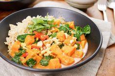 Direkt zum Rezept Rotes Thai Curry mit Süßkartoffeln ist für mich wie ein Stück vom Himmel auf dem Teller haben. Ich finde es ist ein gutes Zeichen, wenn man am nächsten Morgen das Gericht vom Vora…