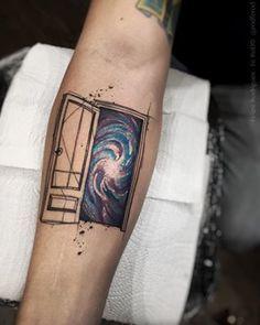Esta porta para o desconhecido.   21 tatuagens espaciais que são totalmente de outro mundo