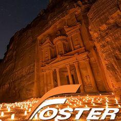 Ciudad de Petra, en el desierto de Jordania Aunque han corrido ríos de tinta sobre Petra, nada nos prepara en realidad para este impactante lugar. Hay que verlo para creerlo en medio del desierto jordano, Petra se presenta como un bello enigma. — en Jordania.
