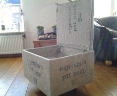Van een oud keukenkastje een bijzettafel met opbergruimte gemaakt. Als je er een kussen opleg is het ook een extra zitplaats