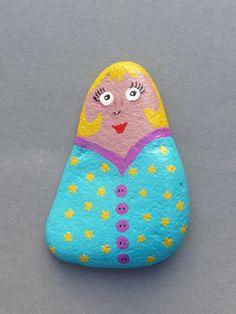 Presse papier galet peint poupée femme Russe peinture acrylique fait-main unique @recycl-art-by-nathr   Décoratif ou presse papier...   1 galet peint par mes soins. Peinture - 10405703