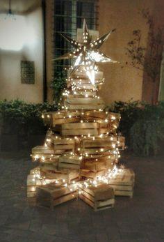 Albero con cassette di legno Christmas Stage, Unique Christmas Trees, Alternative Christmas Tree, Christmas Love, Xmas Tree, Christmas Holidays, Christmas Crafts, Merry Christmas, Christmas Decorations