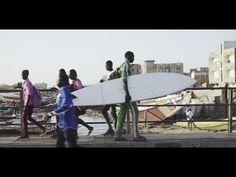 Dokumenttielokuvassa Beyond - An African Surfer (2017)  kontrasti, jossa rankassa ympäristössä henkilöt ovat löytäneet vapautensa, intohimonsa (harrastuksen kautta).  (YouTube IDFA channel)