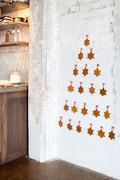 It's that time of the year where I round up my favorite finds and ideas to create a holiday tree, without a tree: Alternative Xmas trees, 2017 edition! Wall Christmas Tree, Nordic Christmas, Noel Christmas, Christmas And New Year, Christmas Themes, Winter Christmas, Christmas Crafts, Holiday Decor, Xmas Trees