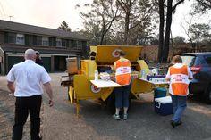 In diesem Anhänger der Heilsarmee in Australien (Springfield) ist einemobile Küche und Essensausgabestelle eingebaut.Hier bereiten Mitarbeiter eines Hilfsteam gerade Mahzeiten vor, die an Betroffene und Einsatzkräfte während der schweren Buschbrände in Süd-Ost-Australien im Herbst 2013 ausgeteilt werden.