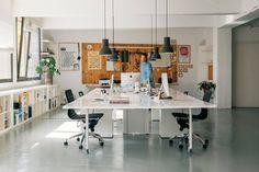 Moderne Arbeitswelten l Modernes Officedesign #newwork #büromöbel #design #office #büro #interior #furniture #modern #style #möbel #officedesign #bueromoebel #Dresden #Leipzig #Sachsen #Cottbus #Brandenburg #Lausitz #Berlin | Web-Tipp: www.moderne-buerowelten.de Small Office Design, Industrial Office Design, Office Interior Design, Office Interiors, Smart Office, Home Office Setup, Office Workspace, Office Decor, Workspace Inspiration
