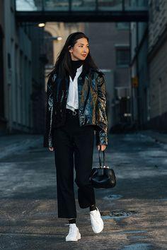 Шубы, белая обувь и практичные тренчи на гостях парижских показов
