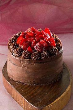 Torta mousse de chocolate com morangos da Ale Tedesco Bakery Shop