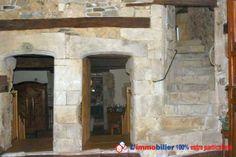 Manoir fin 14ème / début 15ème. Intérieur entièrement rénové en 2010/2011. Encadrements de fenêtres du 15ème siècle, portes extérieures et intérieures voûtées, grande cheminée, escalier pierres, mur de pigeonnier, poutres, le tout d'époque http://www.partenaire-europeen.fr/Annonces-Immobilieres/France/Bretagne/Cotes-d-Armor/Vente-Maison-Villa-F8-HENANSAL-818712 #maison #escaliers