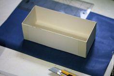 Давно хотела показать вам, как я делаю коробочки для своих кукол. Кому-то, возможно, кое-что из моего опыта пригодится :) Итак, нам потребуются: 1. Картон пивной 2 мм толщиной, можно толще, но тоньше нет, так как коробочка уже будет хлипкая. Количество картона зависит от размера коробочки, так как он продаётся листами А1. Его хватит на 2-3 коробки, если маленькие-то больше.