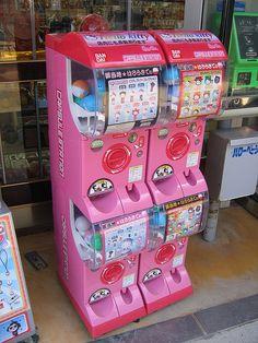 Miyajima: Hello Kitty Gashapon, via Flickr. Hello Kitty Bed, Hello Kitty Gifts, Hello Kitty Toys, Sanrio Hello Kitty, Kitty Kitty, Vending Machines In Japan, Claw Machine, Pinturas Disney, Go To Japan