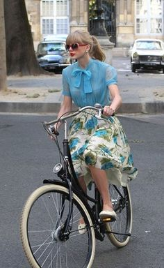 Taylor Swift floats on her Dutch bicycle http://shar.es/hyK9x