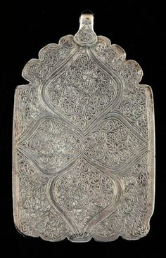 Pendentif Un grand pendentif rectangulaire, magnifiquement gravé sur les deux faces de motifs floraux. Très belle patine d'usage. Argent Inde ?