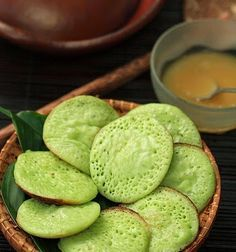 Serabi Bandung by Hartati Setiawan Indonesian Desserts, Indonesian Cuisine, Indonesian Recipes, Asian Snacks, Asian Desserts, Malaysian Dessert, Asian Cake, Malay Food, Coconut Desserts