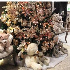 Buscando referências para minha árvore deste ano me deparei com essa maravilhosa cheia de ursinhos fofos da loja @millenniumobjetos Luzi amei você arrasou!!! #arvoredenatal #natal #olioliteam @olioli_lifestyle