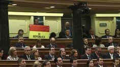 Un senador de Unidos Podemos saca la bandera republicana durante el discurso del Rey
