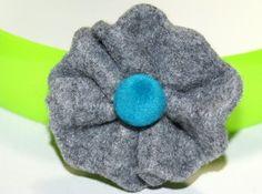 Broszka filcowa jasny kwiat z turkusowym oczkiem