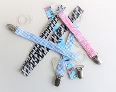 ᐅ Instructions: Sew pacifier tape without a pattern - Nähen - Spielzeug Jean Purses, Dummy Clips, Sewing Projects For Beginners, Baby Sewing, New Baby Products, Diy And Crafts, Sewing Patterns, Personalized Items, Handmade