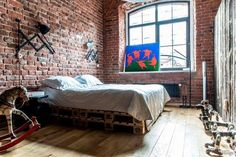 "El piso perfecto (de aire industrial) · The perfect apartment (with brick walls). ""Parede e pallets""."
