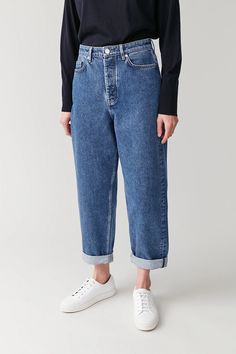 A capsule wardrobe is a minimalistic wardrobe that contains around 20 up to 40 pieces. Be inspired by our 2020 Capsule wardrobe essentials list. Outfits Blue Jeans, Jeans Outfit Winter, Mom Jeans Outfit, Denim Jeans, Trouser Jeans, Cute Lazy Outfits, Basic Outfits, High Waisted Mom Jeans, High Jeans