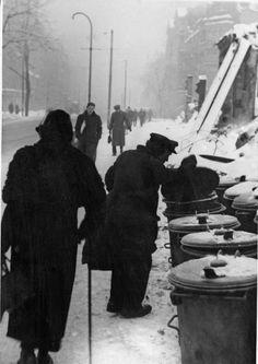 """Abfall als begehrtes Gut: Ein Mann sucht in den Mülleimern nach Essbarem (Foto von 1946/47). Die Ernährungskrise traf gerade die älteren Menschen besonders hart, da die ihnen zugeteilte Kalorienration am niedrigsten war - im Volksmund wurde die Lebensmittelkarte für Senioren auch """"Sterbekarte"""" oder """"Friedhofskarte"""" genannt. Dreams And Nightmares, Total War, World War Two, Old Pictures, Berlin, Period, Battle, History, Germany"""